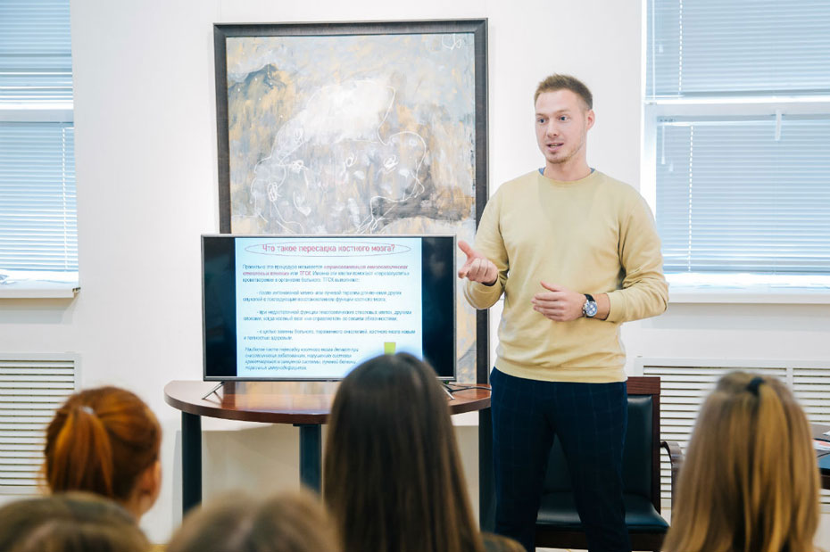 Денис Хлусов, специалист по работе с потенциальными донорами костного мозга журнала Кровь5, выступает на лекции в Липецке. Фото предоставлено пресс-службой администрации города