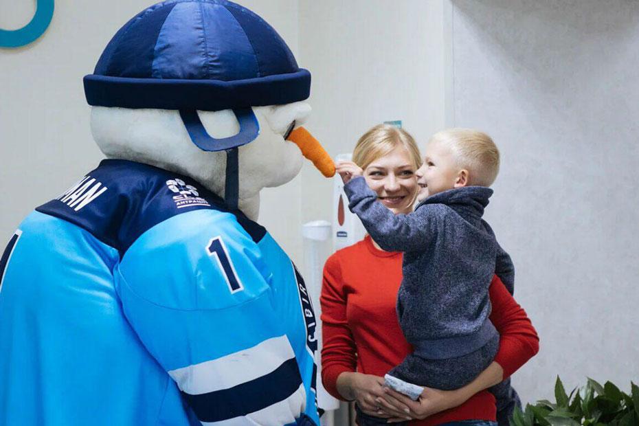 Снеговик – символ хоккейного клуба «Сибирь» – помогает проводить донорскую акцию в Новосибирске. Фото Александра Лукина