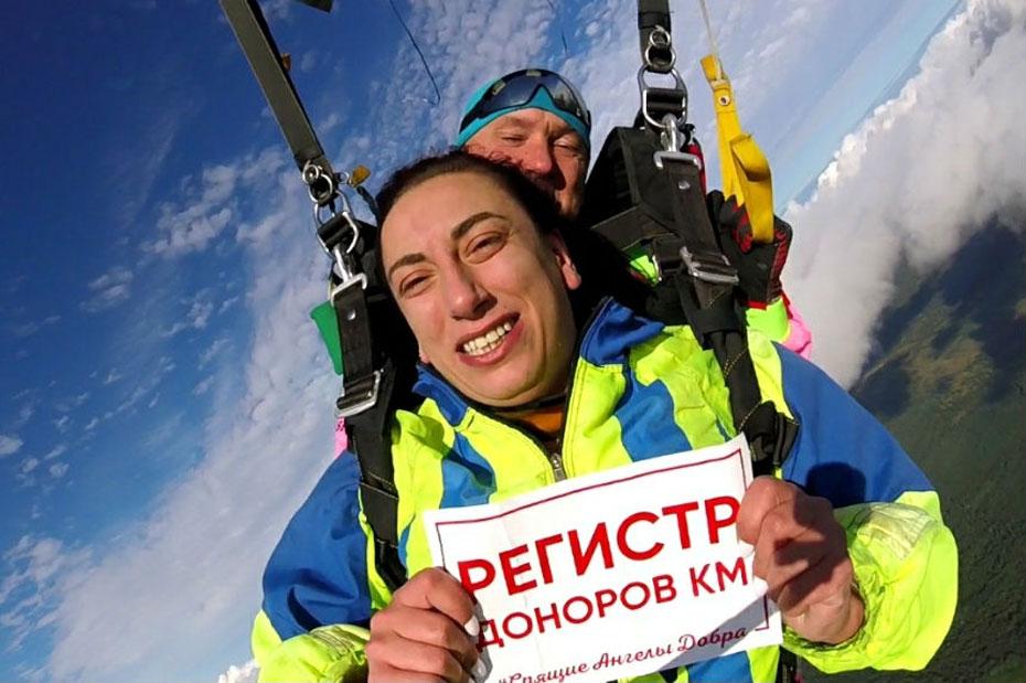 Прыжок с парашютом волонтера петербургского движения «Энергия жизни». Фото из архива Виктора Андронова, руководителя движения «Энергия жизни»