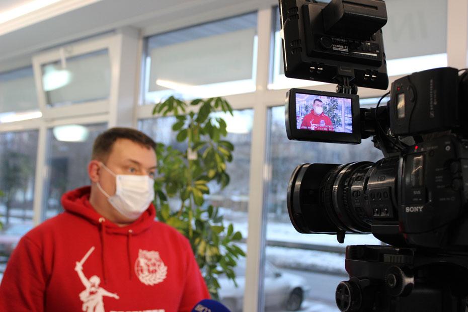 Руководитель смоленского отделения «Волонтерской роты» Денис Корж дает интервью ГТРК «Смоленск»