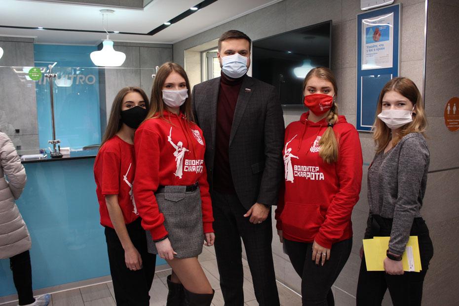 Артем Туров с активистками «Волонтерской роты»