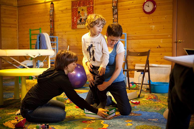 4. Дане нужно ходить по ступенькам, тренировать икроножные мышцы
