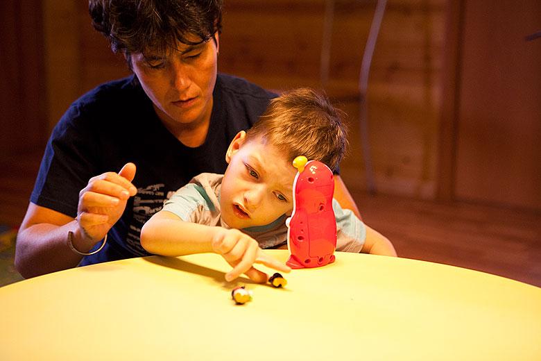 5. Ребенок хорошо контролирует позу «сидя» и берет игрушку самостоятельно