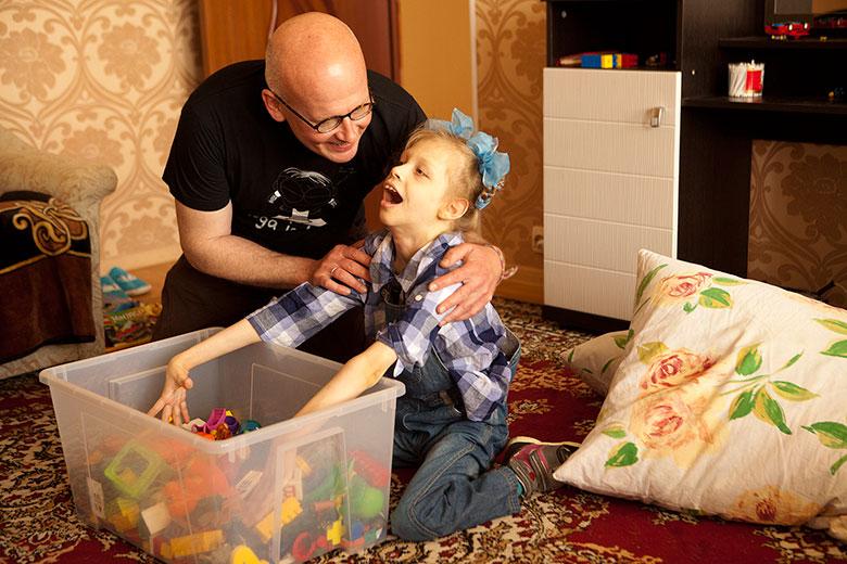 7. Ребенок сидит самостоятельно и с помощью взрослого учится брать игрушки