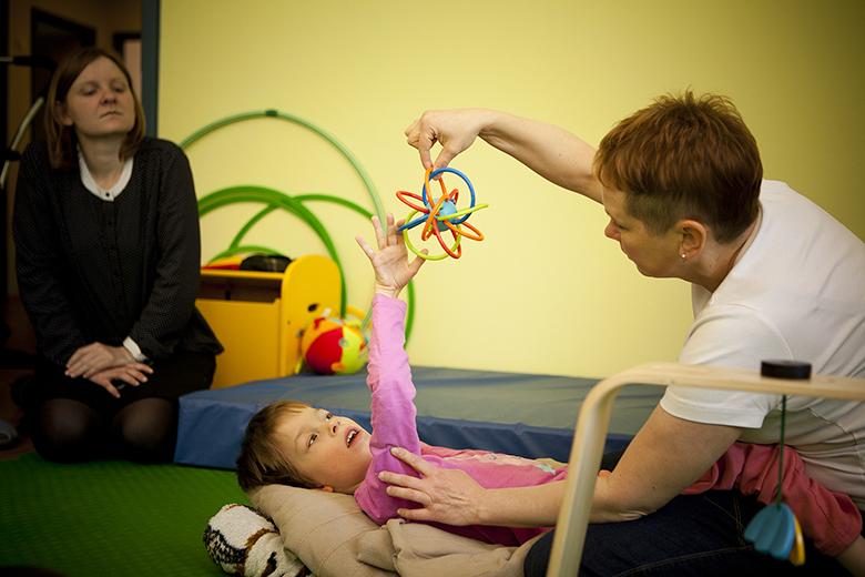 5. Надо дать ребенку время, чтобы понять, какая игрушка у него в руке