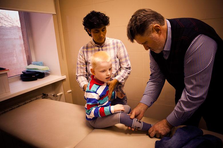 1. Ортопед Владимир Котов и физический терапевт Илона Абсандзе осматривают ребенка