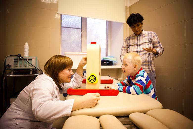 2. Во время врачебного осмотра: а ребенок думает, что с ним играют