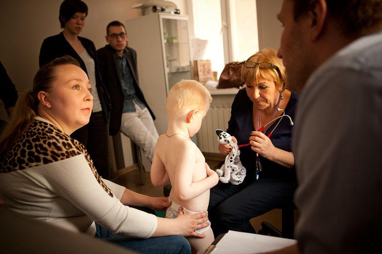 3. Врачебный консилиум: невролог Мария Островская (на фото – слева), педиатр Федор Катасонов, генетик Наталия Белова обсуждают, как лечить ребенка