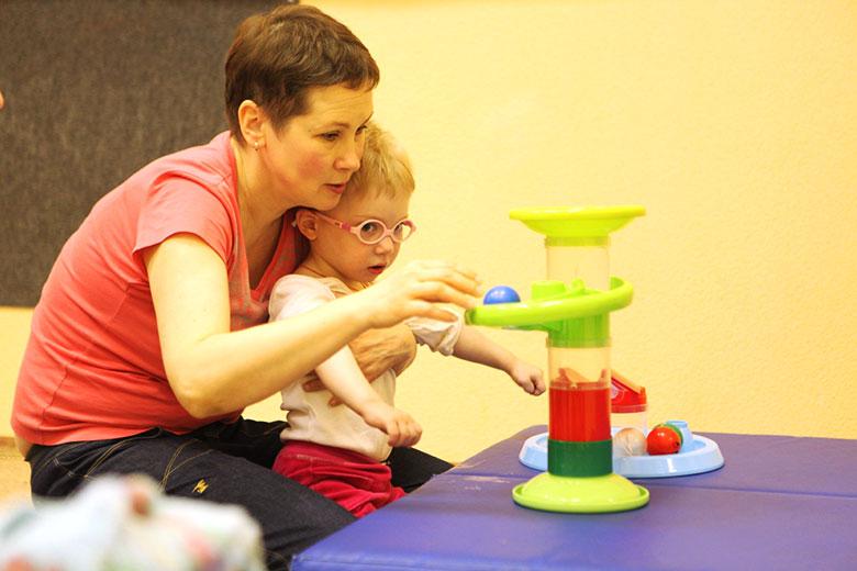 1. Физический терапевт Екатерина Клочкова учит ребенка с ДЦП пользоваться руками