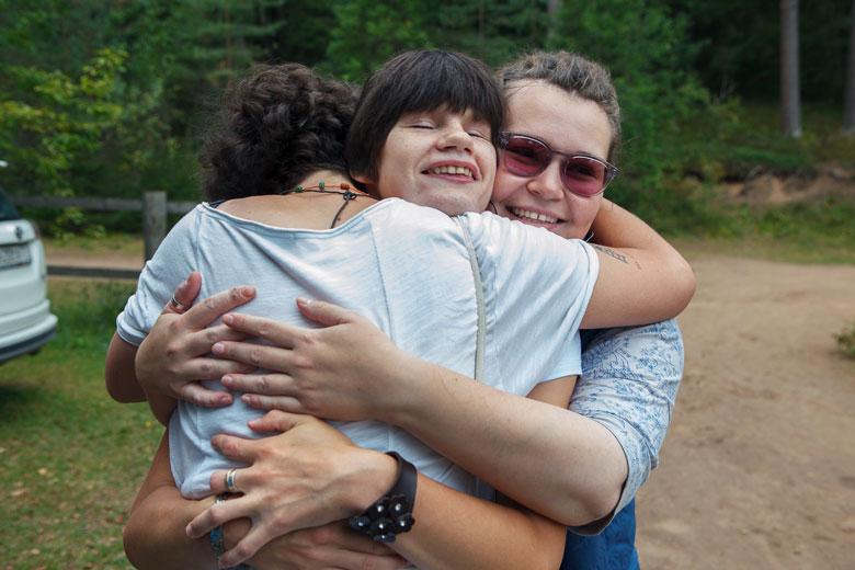 Сотрудник фонда «Жизненный путь» Соня Пузарина, Нина и неопознанный волонтер радуются хорошему дню и друг другу