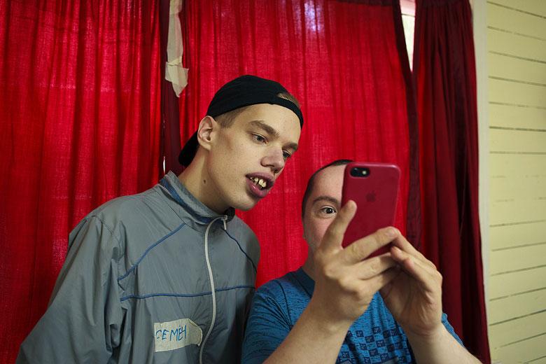 Семен и Сережа, у которых нет своих телефонов в интернатской жизни, на Валдае часто заполучали телефоны волонтеров – и сделали сотни отличных снимков