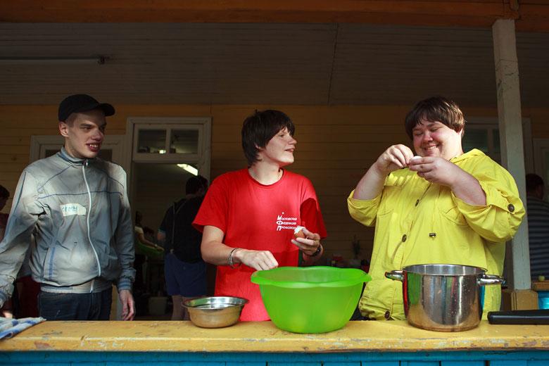Семен, Нина и Света чистят яйца для салата