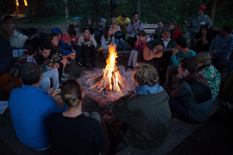 У костра в нашем инклюзивном лагере на Валдае собираются каждый вечер: обсудить день, спеть несколько песен, пообщаться