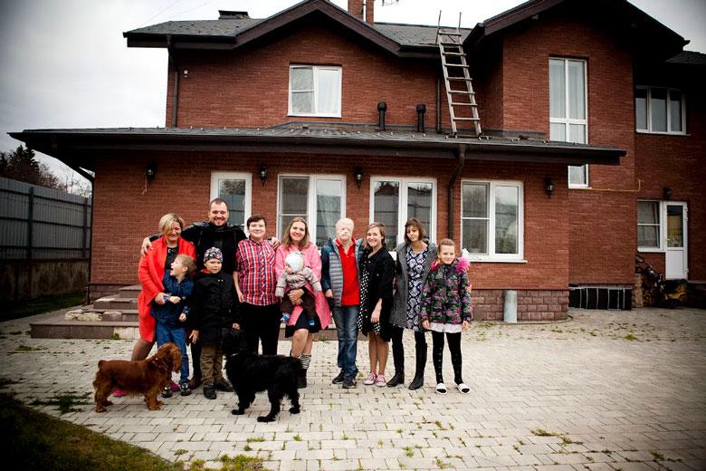 Семья Леши возле своего дома