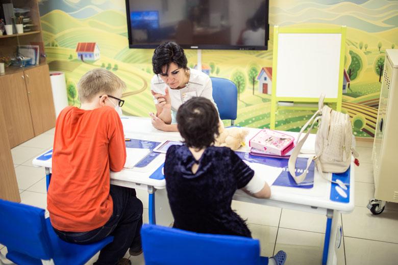 Ксения и Максим изучают математику, русский и английский языки, чтение и окружающий мир