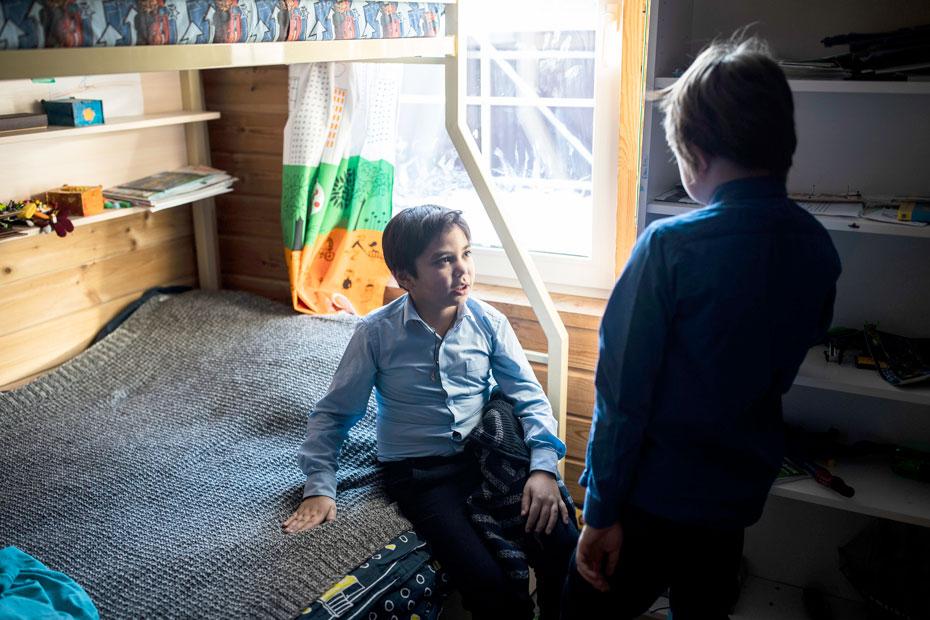 На два года Свешниковы стали временной приемной семьей мальчику Никите. Алеша и Никита очень подружились, но теперь Никита уехал к родной матери