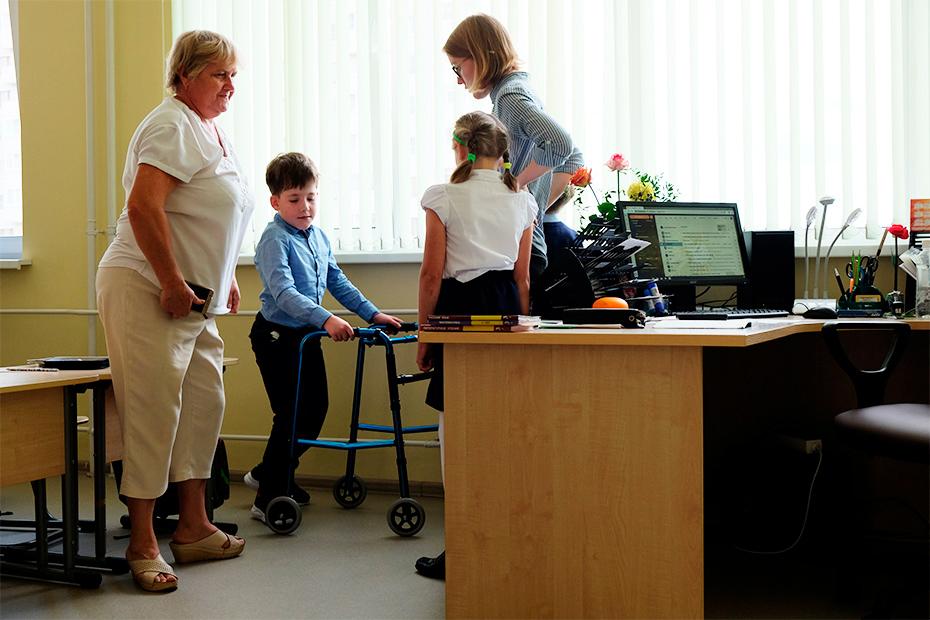 В школе у Дани есть ассистент-помощник Вера Геннадьевна (слева)