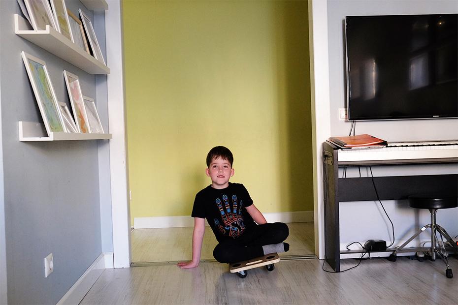 Даня ходит в музыкальную школу, но дома на фортепьяно пока играет редко